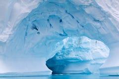 成拱形的冰山在南极水域中 图库摄影