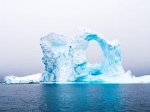 成拱形的冰山在Pleneau海湾在蚂蚁西部的冰山坟园 图库摄影