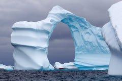 成拱形的冰山 免版税库存图片