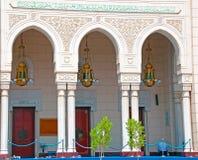 成拱形迪拜入口清真寺 免版税库存照片