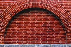 成拱形od红砖墙壁艺术性的背景,规则纹理 免版税库存图片