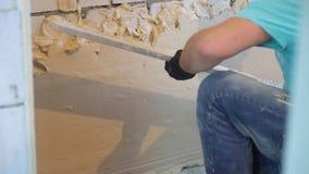 成水平在墙壁上的建筑工人膏药在整修站点 股票视频