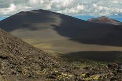 成渣北部突破巨大扎尔巴奇克火山裂痕爆发领域和锥体1975年 库存照片