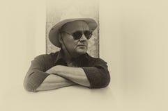 成熟人佩带的帽子和黑太阳镜画象  库存图片