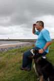 成熟人和他的狗 免版税库存图片