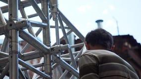 成熟人技术专家设置灰色金属阶段结构外面 影视素材
