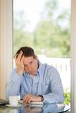 成熟人沮丧,当工作时 免版税库存照片