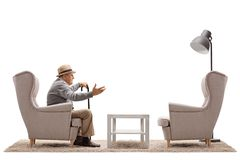 成熟人谈话与一把空的扶手椅子 免版税图库摄影