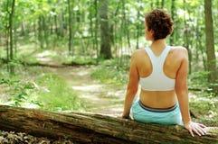 成熟休息的赛跑者妇女 库存照片