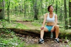 成熟休息的赛跑者妇女 免版税图库摄影