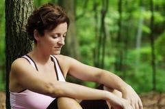 成熟休息的赛跑者妇女 免版税库存照片