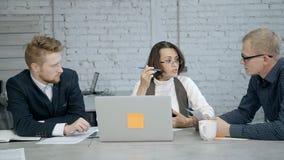成熟做交谈的妇女和人在办公室 股票录像