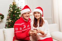 成熟加上圣诞节礼物 免版税库存图片