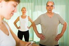成熟加上在健身房的教练员 免版税库存图片