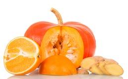 成熟南瓜、在白色背景隔绝的桔子和姜 库存照片