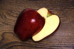 成熟和光滑的切好的苹果 库存图片