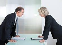 成熟商人和女实业家战斗 免版税库存照片