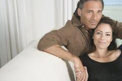 成熟在家拥抱的夫妇。 免版税图库摄影