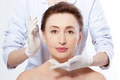 成熟在整容手术白人妇女 胶原和防皱概念 中古时期妇女 与皱痕的宏观面孔 库存图片