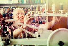 成熟在针车床的工作员缝合的皮靴 库存照片