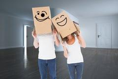 成熟在他们的头的夫妇佩带的箱子的综合图象 免版税图库摄影