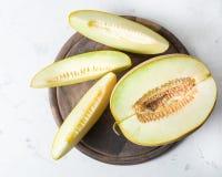 成熟大和黄色瓜 切开成片断 开胃背景 健康的食物 免版税图库摄影