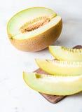 成熟大和黄色瓜 切开成片断 开胃背景 健康的食物 库存图片