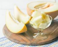 成熟大和黄色瓜 切开成片断 开胃背景 健康的食物 库存照片