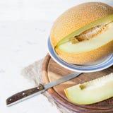 成熟大和黄色瓜 切开成片断 开胃背景 健康的食物 免版税库存照片