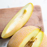 成熟大和黄色瓜 切开成片断 开胃背景 健康的食物 免版税库存图片
