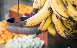 成熟大蕉在市场上 库存图片