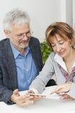 成熟夫妇在与财政顾问的会谈 库存照片
