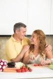 成熟夫妇在厨房里 免版税库存照片