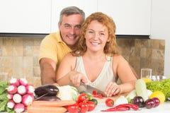 成熟夫妇在厨房里 库存照片