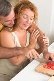 成熟夫妇在厨房里 图库摄影