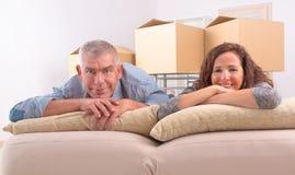 成熟夫妇在新的家 免版税库存照片