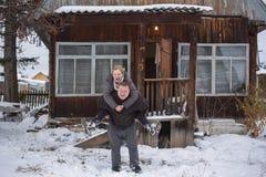 成熟夫妇外面在多雪的风景 库存照片