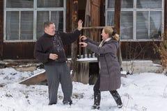 成熟夫妇外面在多雪的风景 免版税库存图片