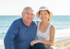 成熟夫妇海假期 库存照片