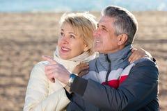 成熟夫妇用手走户外和点 免版税库存图片