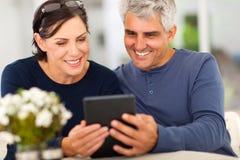 成熟夫妇电子邮件 免版税库存图片