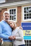 成熟夫妇被迫通过财政问题卖在家 免版税库存照片