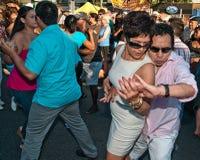 成熟夫妇跳舞辣调味汁舞蹈 图库摄影