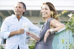 成熟在vinyard阳台的夫妇。 免版税库存照片