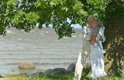 成熟夫妇临近河 免版税图库摄影