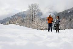 成熟夫妇滑雪 库存照片