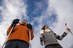 成熟夫妇滑雪 库存图片