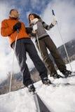 成熟夫妇滑雪 免版税库存图片