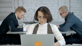 成熟女实业家使用个人计算机在办公室屋子里 影视素材
