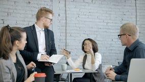 成熟女实业家谈论新的项目或战略与peo 股票视频